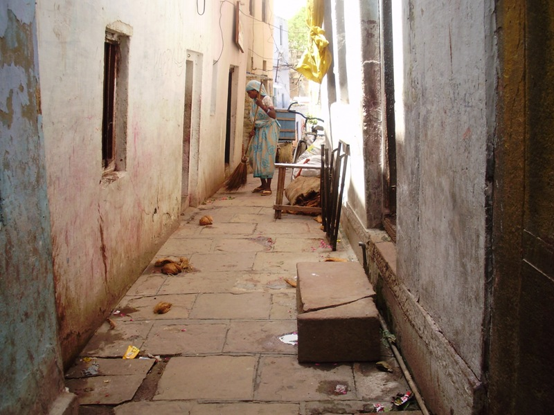 narrow streets in Varanasi