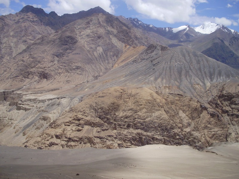 road from leh to nubra velley